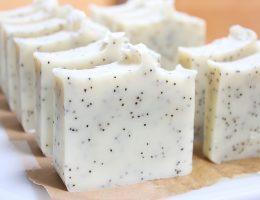 Savon saponifié à froid exfoliant à l'ylang ylang