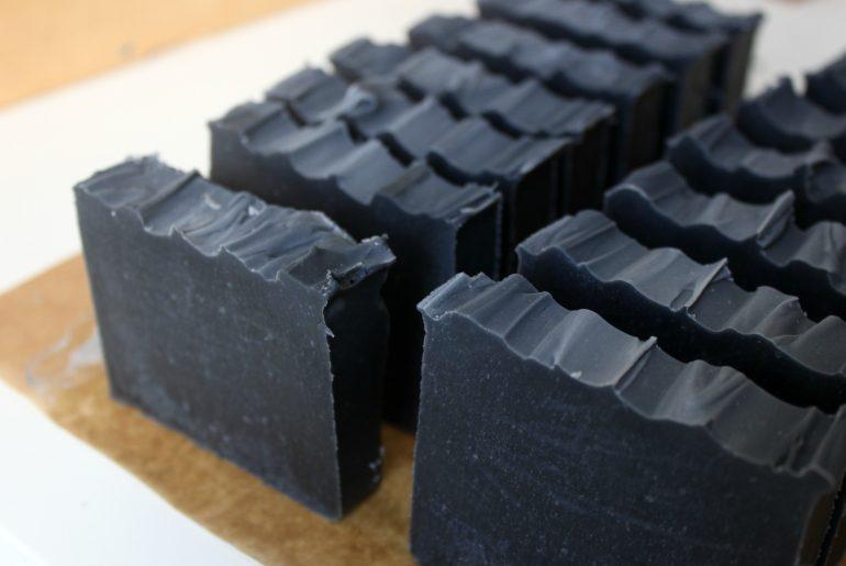 Savon saponifié à froid charbon / eucalyptus / menthe poivrée
